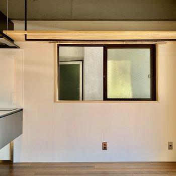 窓上には収納棚。ハンガーも掛けておけますよ。