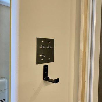 シャワー横のフック。スイッチのデザインも洗練されてます。