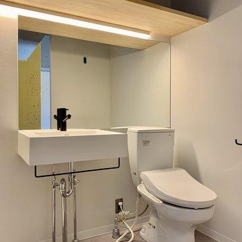 トイレも同空間に。上部棚に収納もできますよ。