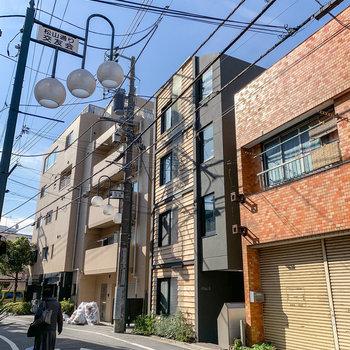 松山通り沿いにあるこちらのモダンなマンション。