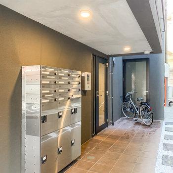 エントランスには宅配ボックスと安心のオートロック。