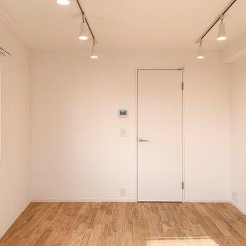 白と無垢床のベージュ。やわらかな雰囲気。