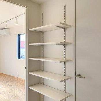 キッチン背面にはちょっとした棚が。お皿やスパイスなどが置けそうです。