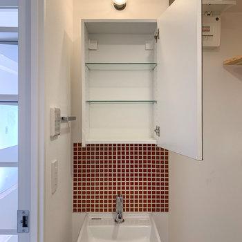 タイルがあしらわれた洗面台。鏡の裏には収納がありました。