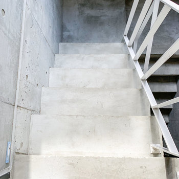 階段は荷物を持ちながら、ちょうど1人が上り下りができる幅。