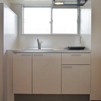 キッチンは綺麗だけどコンパクト!。※写真は類似タイプのお部屋のもの