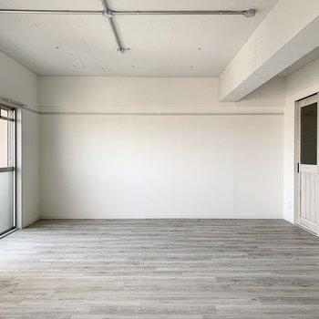 床と建具はシャビーな色合い。