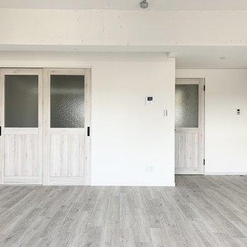 21帖のLDKに面してドアが2つ。
