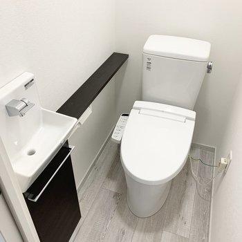 おトイレはウォシュレット付で、独立手洗いも付いています。