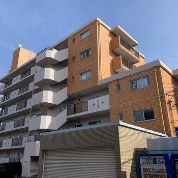 6階建ての鉄筋コンクリートのマンションです。