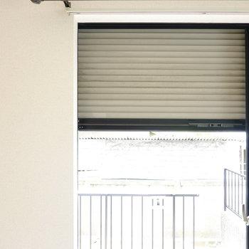 LDKの掃き出し窓と和室のFIX窓、洋室の引き違い窓はシャッター付きでより安心。