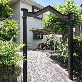植栽の緑が目に優しい◎屋根付きの駐輪場もあります。