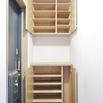 靴箱は上下にたっぷりと容量あり。下部は傘などを入れられるスペース付き。