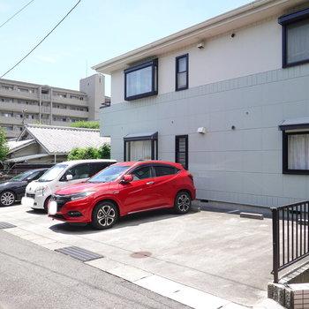 駐車場は共用部を正面に見て左手に。