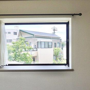 窓からは周囲の豊かな緑が垣間見え、立地の良さを感じながら暮らせます。
