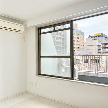 エアコンは洋室に。大きな窓からの景色がいい感じ♪