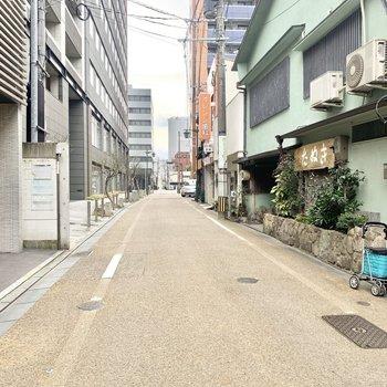 落ち着いた雰囲気のある通りです。