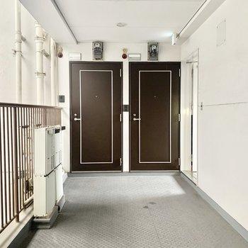 すっきりとした共用部。1フロアに3部屋ありました。