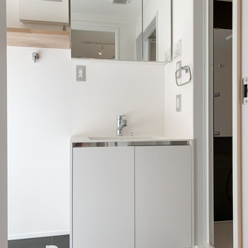 【2F】脱衣所入ると大きな洗面台が。