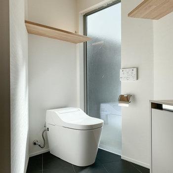 【2F】奥は温水洗浄付きのトイレです。
