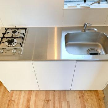【1F】2口コンロで調理スペースも確保されています。
