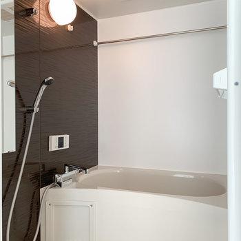 【2F】向かいに浴室乾燥付きの浴室があります。