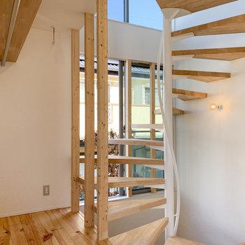 【2F】階段側にも窓があるので、明るさも良好。
