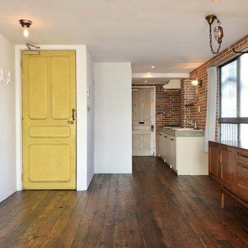 黄色い扉の右側には冷蔵庫や追加の収納などを置いてもいいですね。