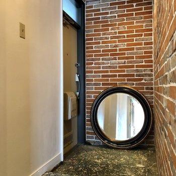 玄関には鏡が。今日も、自分の足元が一番かわいい。