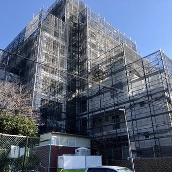 現在外装も工事中。かなり大きな建物です。