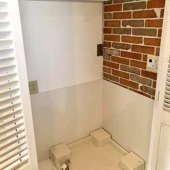 さいごに洗濯機置き場です。洗剤やストックは上部の棚に置けますね。