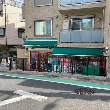 歩いて2分ほどのところに小型スーパーがあります。