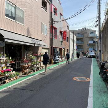 駒場東大前商店街は、人気のある個人経営の飲食店が豊富です。