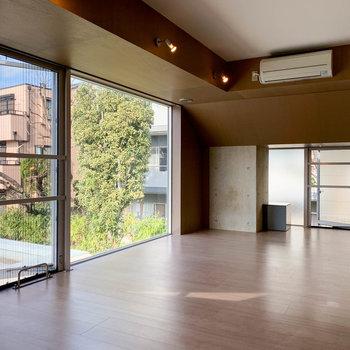 奥と手前の2ヶ所、窓が空き換気ができます。