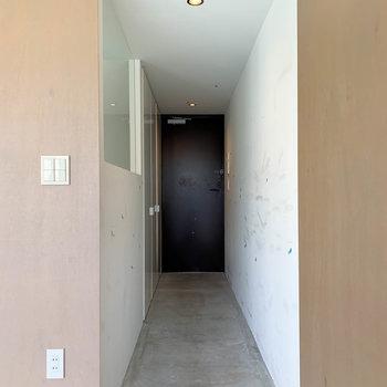 キッチン右側に玄関。玄関沿いにクローゼットがあります。