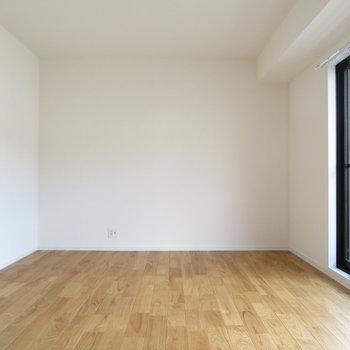 洋室①】西側のリビング隣のお部屋。もちろん無垢床ですね