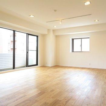 広いリビングなので家具配置は自由自在◎