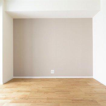 洋室②】寝室候補の東側のお部屋にはアクセントクロスあり◎