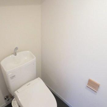 トイレは独立設計。本体もウォシュレット新品です!