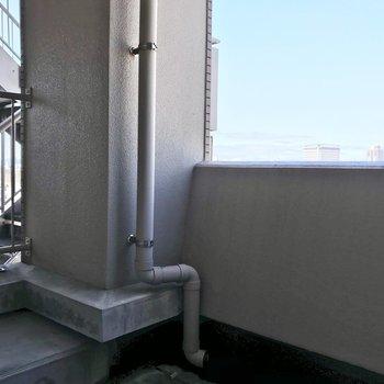 勝手口の先は、こんなルーフバルコニー。共用廊下にも繋がっています。