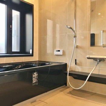 お風呂には浴室乾燥機に追い焚き機能付き。そして、窓の先は……?