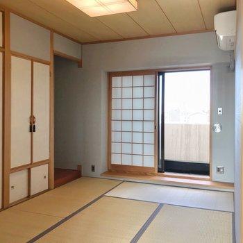 手前には6畳の和室。ここはおじいちゃん、おばあちゃんの寝室に。