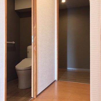 さらに廊下を進むと、あれ、またトイレ……