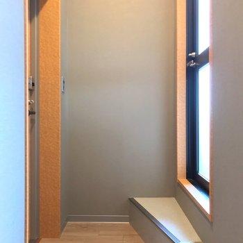 奥に進むと扉が2つ。左が玄関ポーチ、右がルーフバルコニーです。