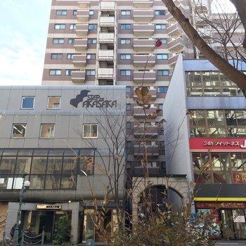 けやき通りに佇む、どっしりした建物の最上階!