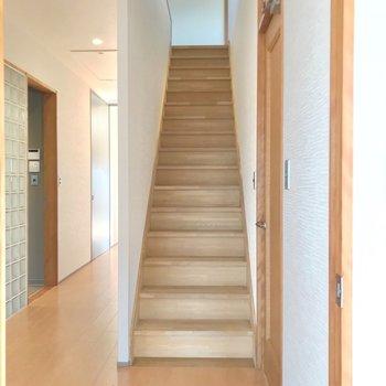 廊下にある階段をのぼればロフト。