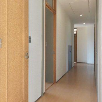 反対側にも扉が並んでいます。