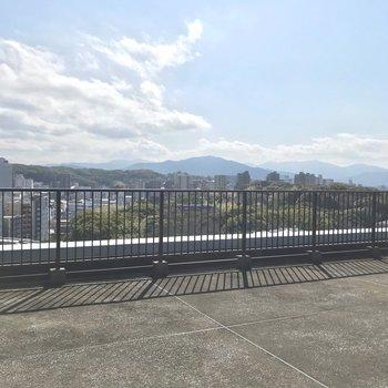 反対側には舞鶴公園の緑……!
