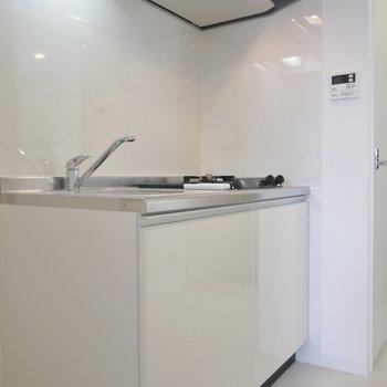 キッチンは嬉しい2口コンロ(※写真は9階の同間取離別部屋、モデルルームです)