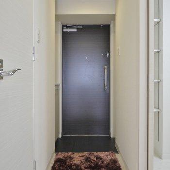 玄関もシンプル!(※写真は9階の同間取離別部屋、モデルルームです)
